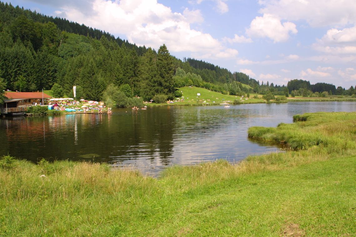Schwarzenberger Weiher Liegewiese in Oy-Mittelberg  - © Werbe Blank , Kur- und Tourismusbüro Oy-Mittelberg