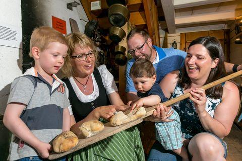 Brotbackkurs  - © Allgäuer Bergbauernmuseum / Ralf Lienert , Kur- und Tourismusbüro Oy-Mittelberg