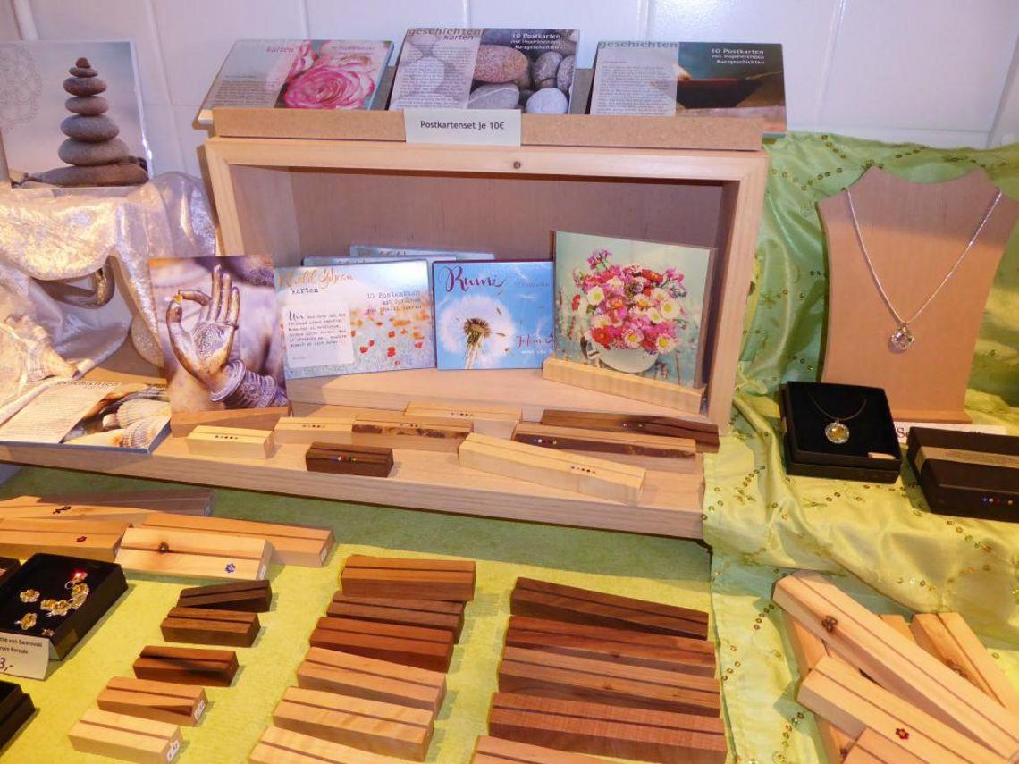 besondere Karten und Ständer aus Holz  - © Christina Frommknecht , Kur- und Tourismusbüro Oy-Mittelberg
