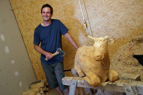 Waldmann mit Skulptur  - © Christian Waldmann , Kur- und Tourismusbüro Oy-Mittelberg