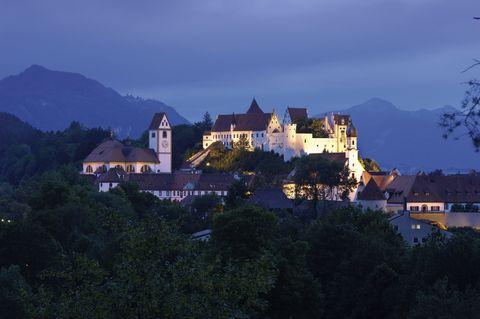Füssen im Allgäu: Altstadt am Lech mit dem ehemaligen Benediktinerkloster St. Mang und dem Hohen Schloss  - © Füssen Tourismus und Marketing / www.guenterstandl.de , Kur- und Tourismusbüro Oy-Mittelberg