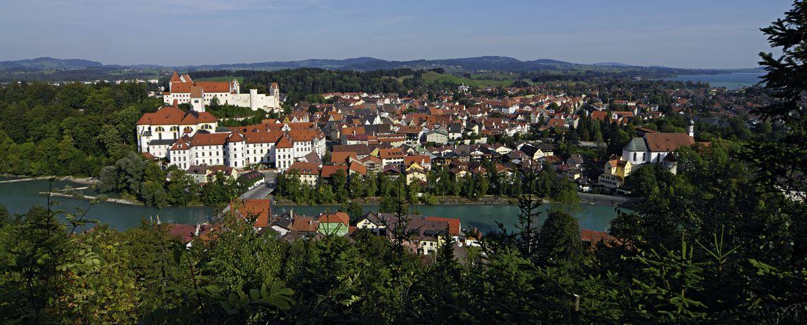 Füssen im Allgäu: Blick von Kalvarienberg auf die am Lech gelegene Altstadt  - © Füssen Tourismus und Marketing / www.guenterstandl.de , Kur- und Tourismusbüro Oy-Mittelberg