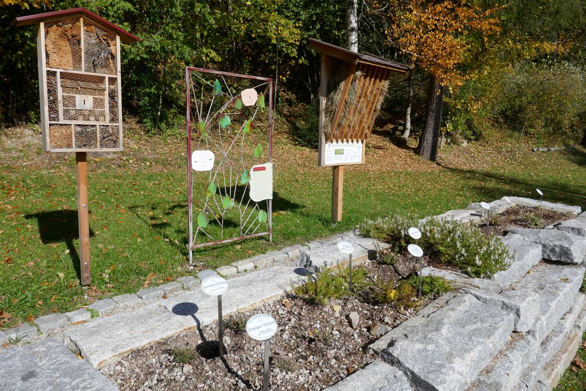 Hochbeet mit Insektenhotel und Heuraufe  - © Gebhard Berkmiller , Kur- und Tourismusbüro Oy-Mittelberg