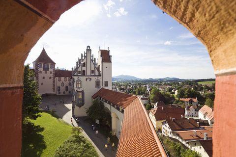 Füssen im Allgäu: Wehrgang und Nordflügel des Hohen Schlosses  - © Allgäu GmbH / Arthur F. Selbach , Kur- und Tourismusbüro Oy-Mittelberg