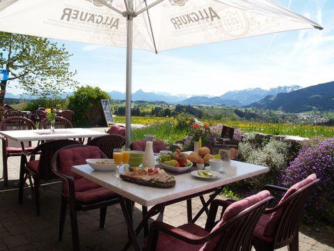 Almcafé Schnakenhöhe Frühstück auf der Sonnenterrasse   , Kur- und Tourismusbüro Oy-Mittelberg