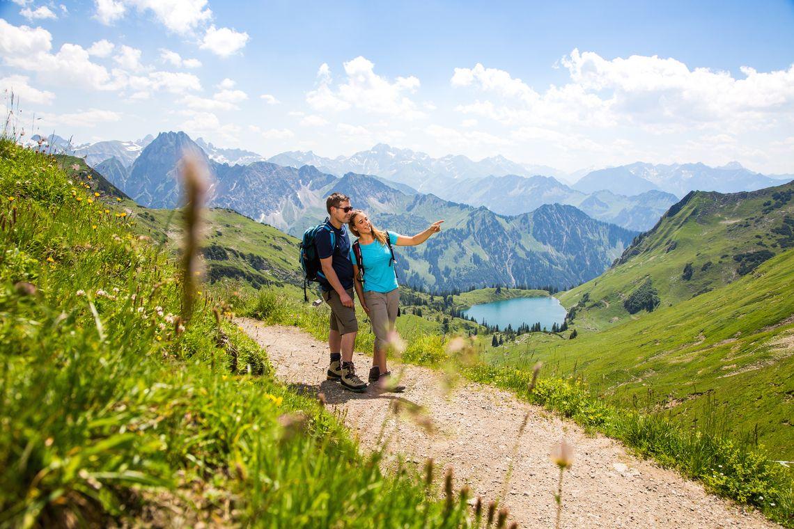 Wandern mit Blick auf den Seealpsee  - © Oberstdorf / Kleinwalsertal Bergbahnen; Fotograf: Alex Savarino , Kur- und Tourismusbüro Oy-Mittelberg